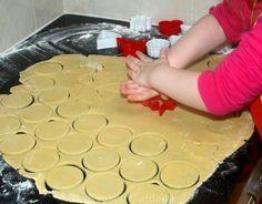 Dit is een heerlijk en makkelijk te maken recept voor zelfgemaakte zandkoekjes. Door de koekjes na het bakken voor de helft in gesmolten, pure chocolade te dippen krijgen ze een luxe uiterlijk. Daarnaast smaken de koekjes op deze manier natuurlijk ook heerlijk! Voor ongeveer 50-60 koekjes (afhankelijk van de dikte en grootte van de koekjes)…