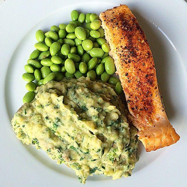 Lax, edamame ärtor, potatismos rotmos puré mos grönsaker. Recept: Koka potatis som vanligt och i slutet av koktiden, lägg i blomkål och broccoli i det kokande vattnet. Koka tills mjukt. Sila och tillbaka i kastrull (eller skål). häll i hackad spenat. Mixa med elvisp eller stavmixer & en skvätt mjölk, lite smör, vitpeppar, örtsalt. Om mos inte håller ihop, häll i mer smör, mjölk eller lättmajonäs (bindemedel). Smaka av och krydda.