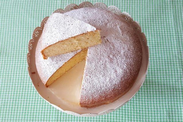 La torta sette vasetti è una torta allo yogurt senza burro, morbida, da preparare senza bilancia, perfetta anche per essere farcita.