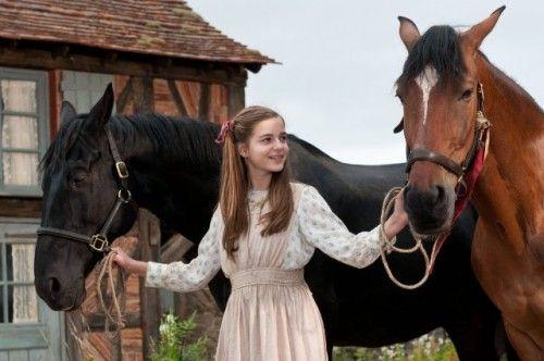 Zo zou het meisje dat 'de liefde' een deken  en chocolade komt brengen er uit kunnen zien (minus de paarden). Ik zou voor de rollen van de dorpelingen zoeken naar mensen met donkere haarkleuren, zodat 'de liefde' er extra uitspringt met haar blond haar.