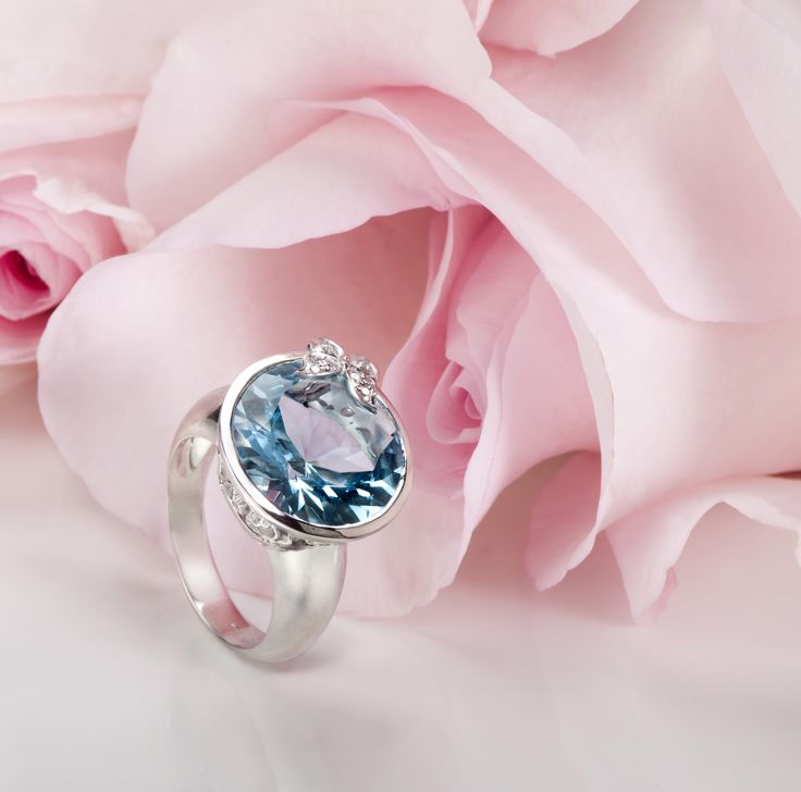 Baile de Mariposas ring in white gold with blue topaz and diamonds, Carrera y Carrera. Discover full collection on www.carreraycarrera.com #carreraycarrera #bailedemariposas #jewelry #jeweloftheday #goldenrings #bluetopaz #gems #gemstones #shine #style #chic #luxury #valentinesday #stvalentine #gifts