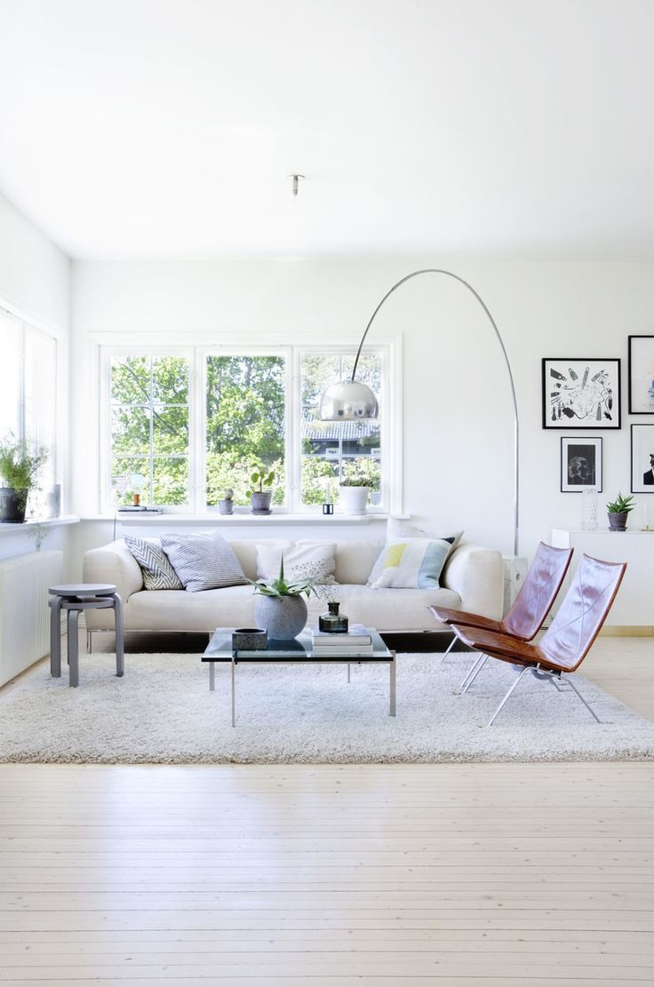 Arco Sessel Arco Provides A Focal Point For This Spacious Sunlit Living Room
