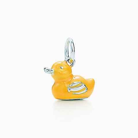 Berloque de pato em prata de lei com esmaltação amarela.