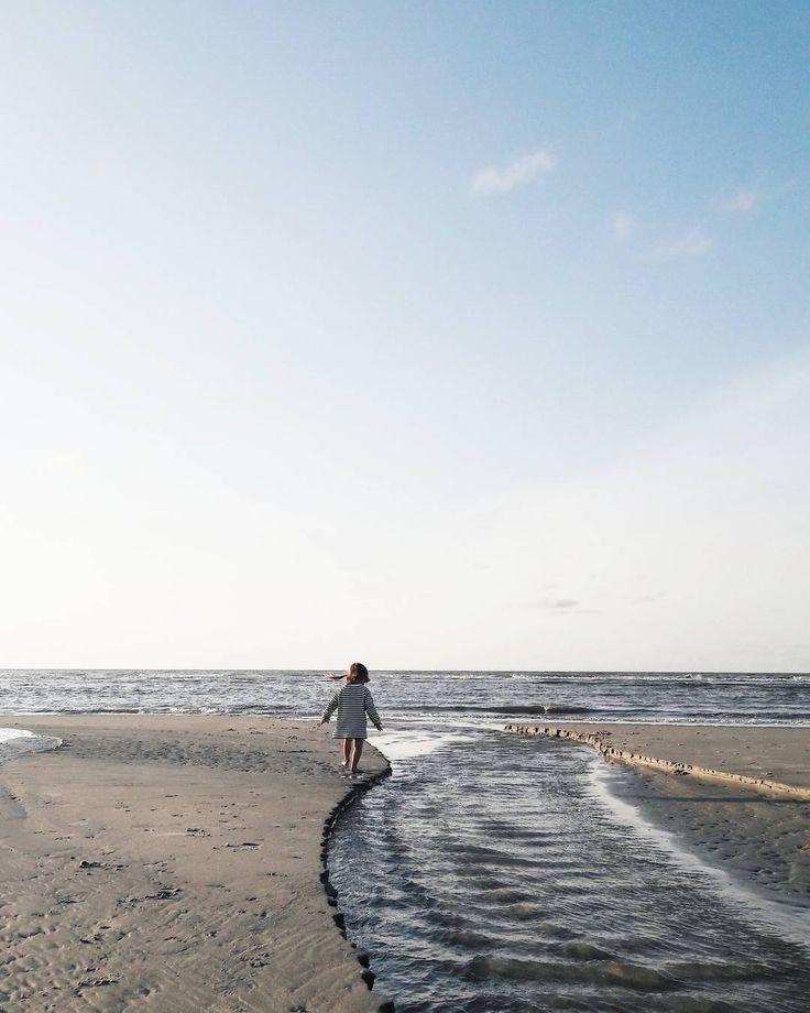 n a t u r e l o v e . Glück ist die Fähigkeit es zu erkennen. . Urlaub in der Natur und mit der Natur... Jeden Tag schaut der Meeressaum anders aus... Sandbänke Priele Ebbe Flut... Muscheln sammeln Garnelen und Krebse im Wasser suchen Staudämme bauen Burgen bauen Kugelbahnen aus Sand... Das wird NIE langweilig! . . . #juliamammiladeaufjuist #juist #juisthappy #meer #sea #island #nordsee #northsea #vitaminesea #lifeisbetteratthebeach #mood #moody #sunnydays #goldendays #beach #strand…