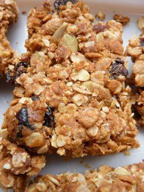 Barres de céréales granola maison - 150 g de flocons d'avoine ou multi céréales - 150 g de graines, noix et fruits secs mélangées (cerises sèches, raisins, canneberges, graines de courge et de tournesol, amandes, cacahuètes, sésame,...) - 1 grosse cuillère à soupe de purée de cacahuète (ou amande, ou noix de cajou) - 2 càs d'huile - 50 g de miel - 30 g de sucre complet (ou sucre blond de canne)