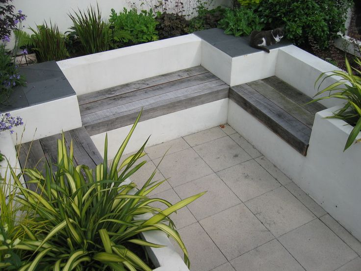 This modern courtyard garden makes good use of a small space with built-in seati…