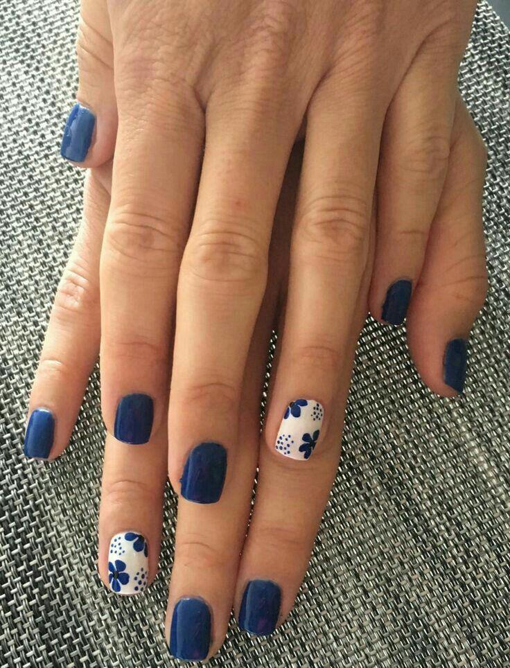 Uñas en azul marino y blanco ☺