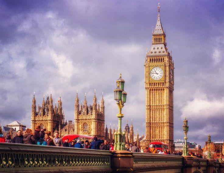 """Лондон... Написать хочется много и одновременно ничего. В мире много интересных мест сама я посмотрела много разной красоты но так чтобы прям ах - очень редко. Лондон идёт в категорию этих самых исключений)  Это изумление восхищение восторг. Он поражает и завораживает... Даже несмотря на погоду. Нам """"повезло"""" и мы знакомились с городом ровно в те же дни в которые там прогуливался шторм с милым именем Кейти. Сначала льет дождь через 10 минут выглядывает солнце потом ветер сбивающий с ног…"""