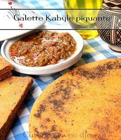 une galette de semoule kabyle sauce piquante (kesra) épaisse improvisée à base d'oignons, ail, piment, tomate et menthe fraîche. Galette de semoule fine