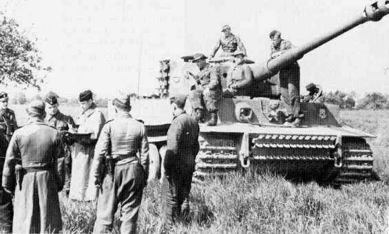 Comandante di battaglione Heinz von Westernhagen e comandanti di carri armati della  Leibstandarte 3 ° società conferiscono nei pressi di uno dei loro veicoli