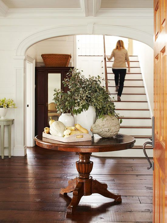 We love this casual fall entryway arrangement. Get more #fall decorating ideas.
