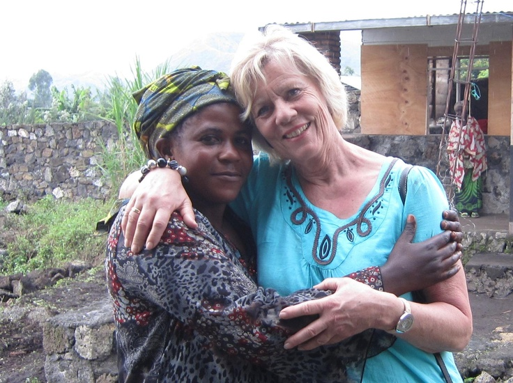 """""""Så flotte - så sterke - så fargerike, selv om de har gjennomgått noe vi ikke har fantasi til å forstå!"""" - sier tidligere stortingsrepresentant Åse Gunhild Woie Duesund om kvinnene i DR Kongo. Her er ho avbildet sammen med en av Mama Jeannes rådgivere."""