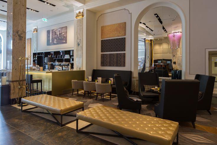 Hotel Reichshof Hamburg gestalltet von JOI-Design   moderne Sessel und Banken mit klassiche Tonen   #Hilton #luxushotel #topinnenarchiteckten #welovedesign #joidesign