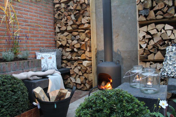 Het liefst zie ik in mijn tuin een houtkachel, hier mooi symmetrisch met aan beide kanten een wande van houtblokken; prachtig! ✭ Ontwerp | Design Huib Schuttel✭