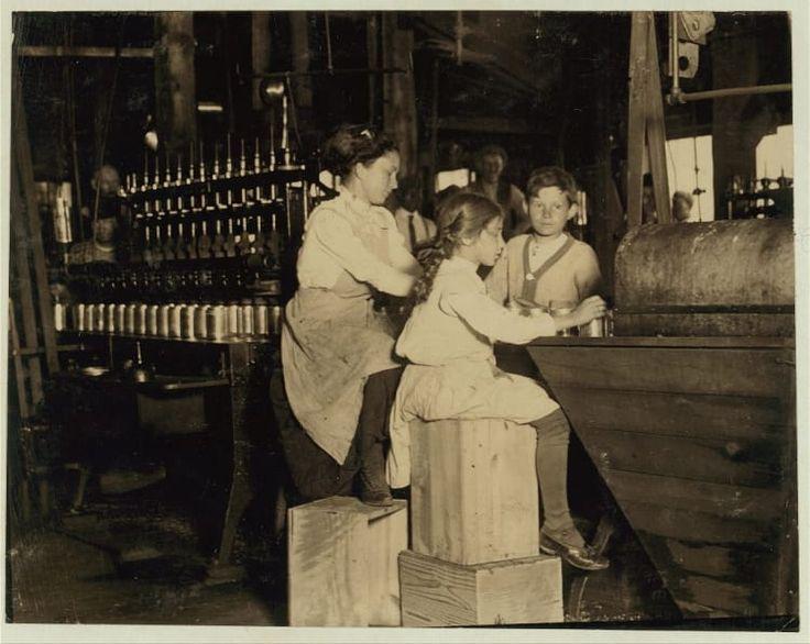 Data: Junho de 1910Local: Seaford, Delaware.A foto mostra Daisy Lanford, uma menina de 8 anos de idade que trabalhava na fábrica de conservas de Ross. Ela ajudava na máquina de tampas, mas não conseguia 'seguir o ritmo'. Ela colocava uma média de 40 tampas em latas por minuto e trabalhava em tempo integral. Essa foi a primeira temporada dela na fábrica de conservas.