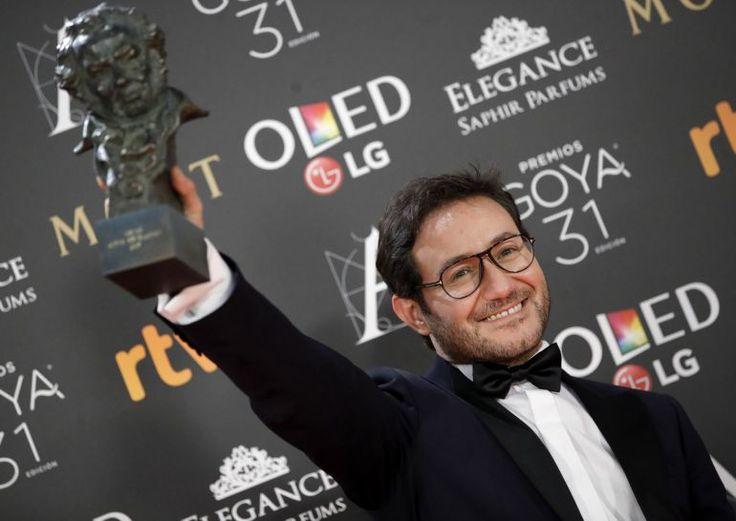 Carlos Santos posa tras recibir el Goya al mejor actor revelación / JuanJo Martín (EFE)