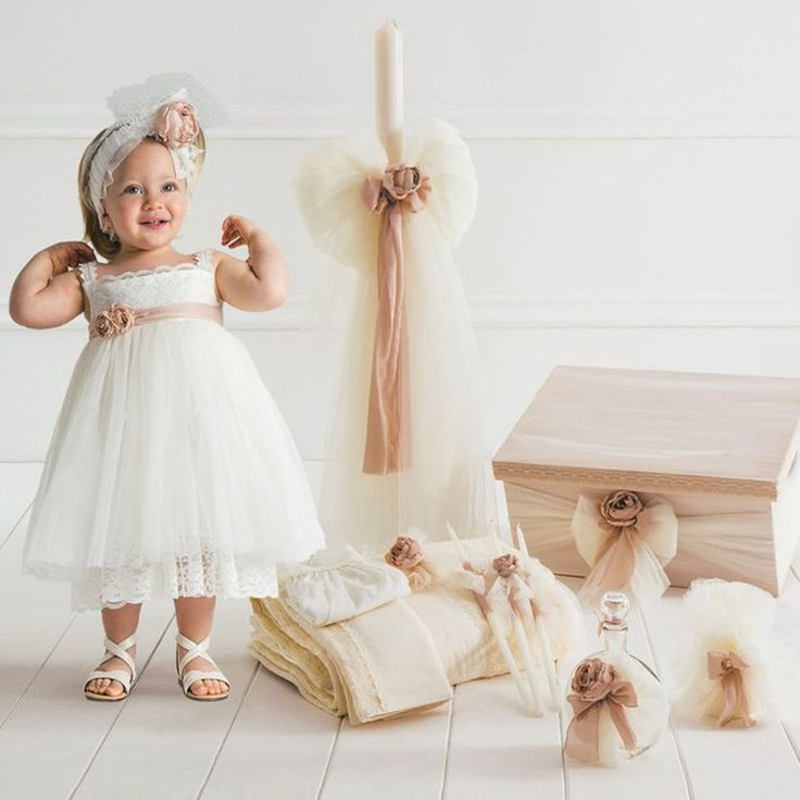 Το Celestine Πλήρες Πακέτο Βάπτισης της Cat in the Hat είναι ένα ολοκληρωμένο πακέτο 15 τεμαχίων το οποίο περιλαμβάνει : Το Βαπτιστικό φόρεμα Celestine με την δική του κορδέλα, το ξύλινο χειροποίητο κουτί, την λαμπάδα της βάπτισης, το λαδόπανο (6 τεμάχιων) και το λαδοσέτ (μπουκάλι για το λάδι, 3 κεράκια και το σαπούνι). Το Celestine είναι ένα αέρινο ρομαντικό φόρεμα από τούλι και δαντέλα διακοσμημένο με παλ ροζ λουλούδια και ζώνη που δένει στο πίσω μέρος.