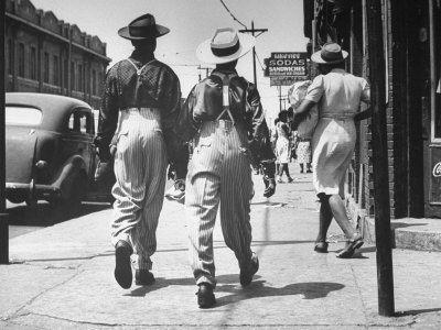 Pair of Zoot Suit Wearing African American Men Walking Down the Street and After Wartime Race Riots Premium Photographic Print-----------Un par de hombres afroamericanos zoot suit-que caminaban por una calle de Detroit después de los disturbios raciales en guerra entre negros y blancos fueron sofocadas por tropas del Ejército y de la ley marcial, junio de 1943... entérate de mas....