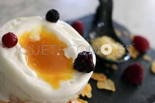 Coulín de maracuyá, con helado, de yogurt, y petazetas | Restaurante gastroteca De Castro en Ferrol, A Coruña | Restaurante gastroteca De Castro en Ferrol, A Coruña