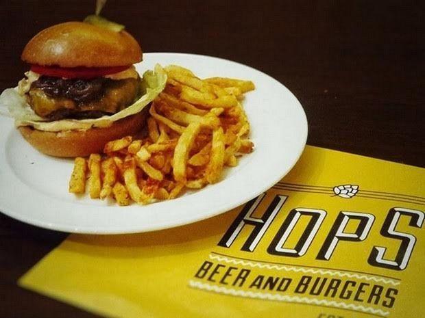 Τι θέλει ένα καλό burger; Μία μπύρα. Και τι θέλει μια μπύρα; Ένα καλό burger. Αυτός ο εκρηκτικός συνδυασμός βρίσκει την απογείωση του στο Κουκάκι εδώ και μερικούς μήνες.