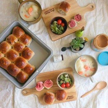 【メニュー】焼きたてのちぎりパン(レーズン)。クラムチャウダー。サラダ。ザクロ。 カッティングボードを上手に活用しています。