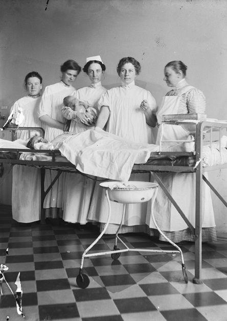 Det har funnits utbildade professionella barnmorskor i Sverige allt sedan 1700-talet. Barnmorskor har hetat hjälpgummor, jordgummor och jordemödrar mm.