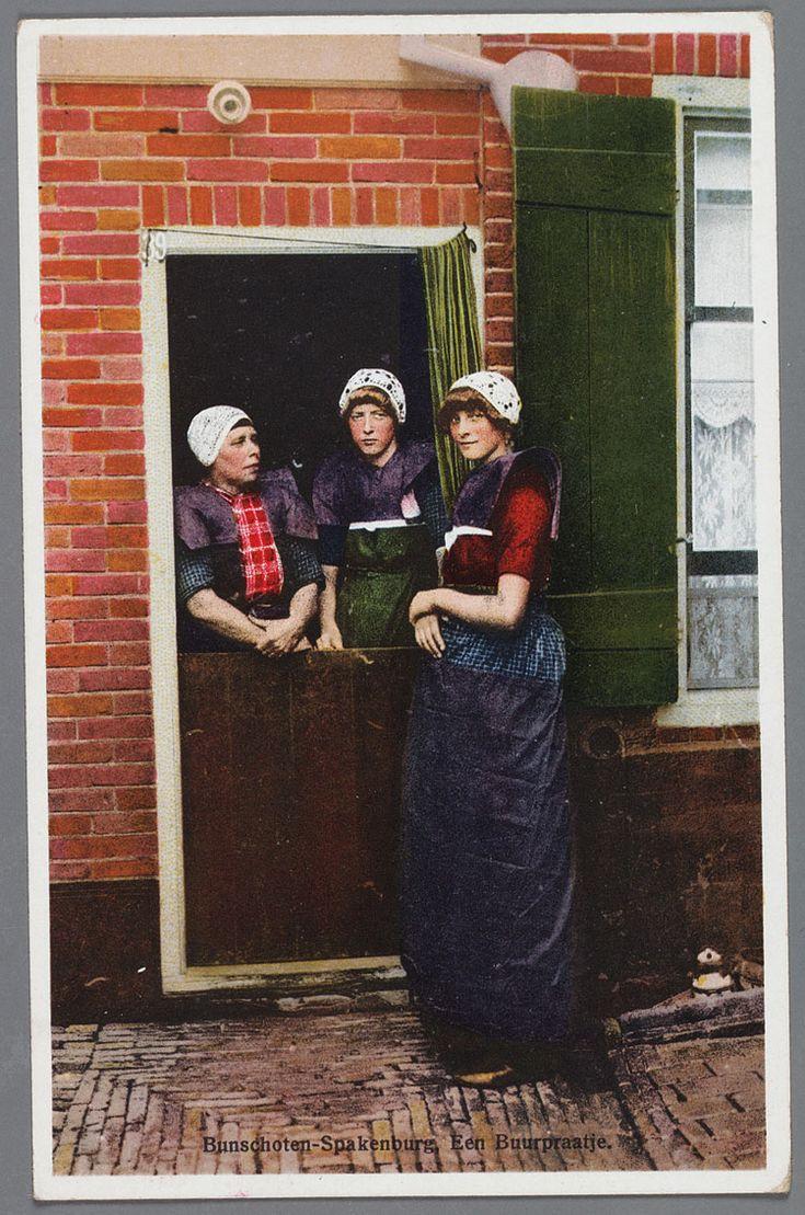 Bunschoten Spakenburg Een buurpraatje. Drie vrouwen in rouwdracht bij de deur.