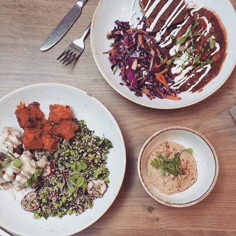 The best lunch I could have asked for at the Weighouse deli. Jewelled quinoa with cauliflower and sweet potato. And 3 bean chilli with salad and the most delicious corn bread.  If I lived in London I would be eating here everyday!   #saturday #morning #weekend #food #dining #lunch #deliciouslyella #weighousedeli #maedeli #healthyeating #natural #vegetarian #vegan #tahini #cauliflower #chilli #salad #organic #plantbased #lifestyle #mindfuleating #consciousliving #love #happy #wellbeing