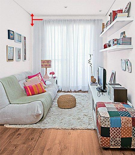 Decor de sala pequena. Clean, prateleiras acima da tv.