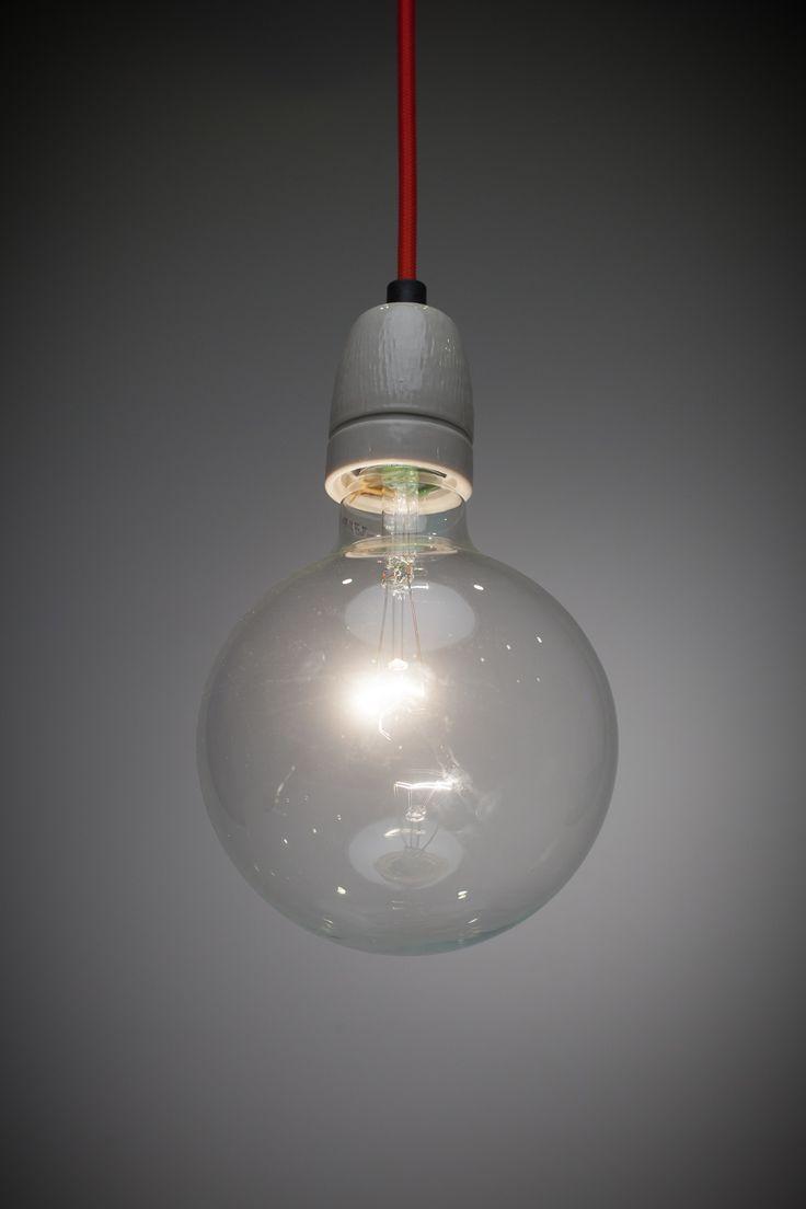 Mooie elegante minimale lamp met porceleinen fitting, kleur snoer naar keuze te bestllen! www.goeds.nl