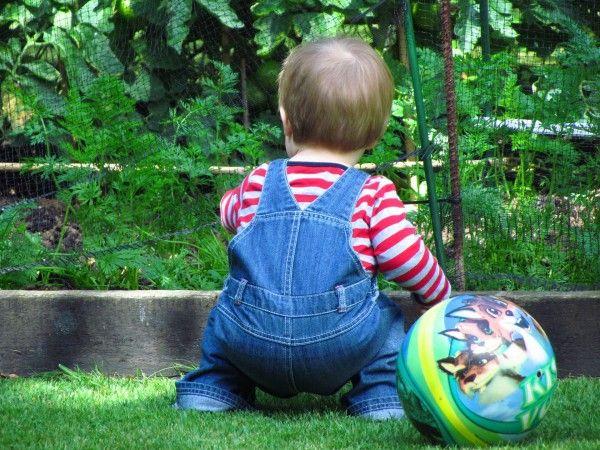 A két év körül babák már ügyesen tudnak guggolni - Szofi Totyogó