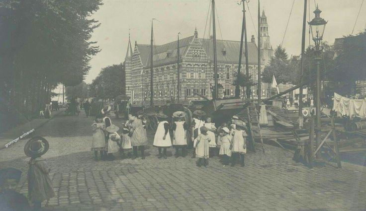 Sluiskade, op z'n zondags/feestdagen, meisjes met hoeden van de firma Huizenga & Bossinga, 1909