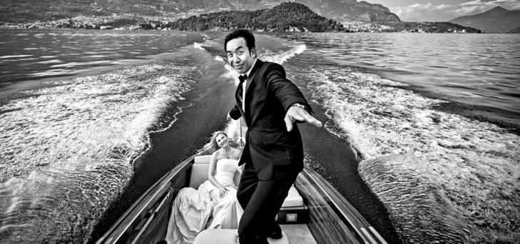 """Cristiano Ostinelli si forma nel campo del reportage di matrimonio nel 1995, ha fotografato matrimoni prestigiosi sempre con il suo stile raffinato ed elegante.   Cristiano e i suoi fotografi catturano la realtà con uno sguardo attento e una estrema sensibilità. Uno scatto fotografico pieno di vita, stile e creatività.   Cristiano è stato premiato nel 2010 dalla prestigiosa rivista americana """"brides"""" con il primo premio per le sue fotografie in stile fotogiornalistico di cerimonia."""