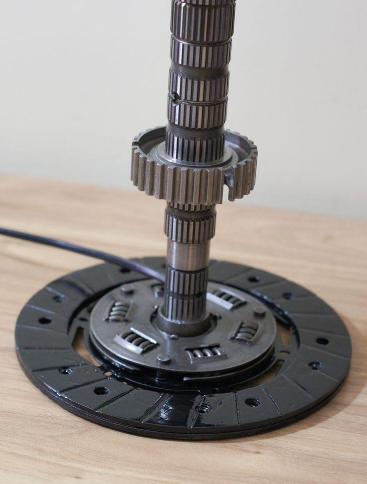 Duża lampa z podstawą z tarczy sprzęgła. - wysokość 48,5 cm,  - średnica klosza 14 i 28 cm,  - waga 3 kg