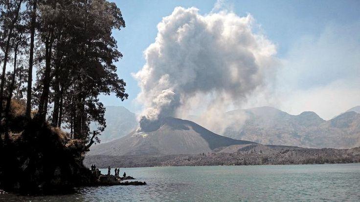 SÉCURITÉ AÉRIENNE. Des nuages de cendres provenant du mont Rinjani, un volcan actif culminant à plus de 3.700 mètres d'altitude sur l'île de Lombok en Indonésie, ont entrainé la fermeture de l'aéroport international de Bali pour 48 heures. Au total, de mardi à jeudi, ce sont 692 vols dont 320 vols internationaux qui ont été annulés, bloquant ainsi des milliers de touristes sur place.