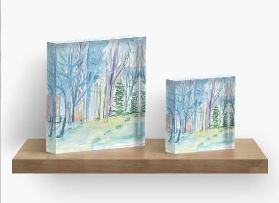Questo incantevole cubo acrilico è mia originale pittura inverno foresta nel Maine, dove vivo.  Cattura la luce unica nei boschi durante il periodo invernale. Maine ha luce incantevole.  Si tratta di un vibrante 1(2,5 cm) spessore solido autoportante blocco acrilico per scrivania, piano dappoggio o scaffali.  È molto bello come un pezzo di dichiarazione in un salotto o in ufficio per una boccata daria aperta.  Il diamante tagliato i lati forniscono unimmagine nitida e bella da qualsiasi…
