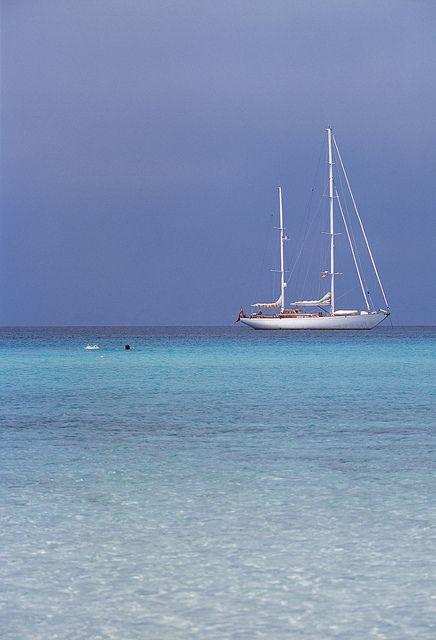 Velero en aguas turquesa. Formentera Spain