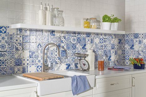 Obklad Majolika vychází z tradičních majolikových obkladaček s typickými vzory. Vzory se neopakují a jsou v barvě kobaltové modři na bílém podkladu, ideální řešení pro selské kuchyně, cena 734 Kč/m² ; RAKO