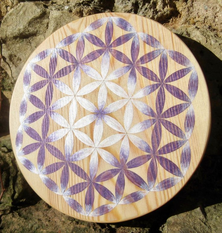 Fleur de Vie bois nacrée très lumineuse, violet et blanc, grille de cristal géométrie sacrée très puissante.
