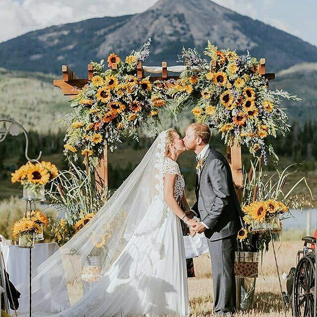 Que tal um portal com belos girassóis? �������� . @Regrann from @callablanche -  photo by @seedhousephotography  #weddinggown #weddingdress #married #wedding #bride #engaged #coloradowedding #weddingdress #mountainwedding http://gelinshop.com/ipost/1518058158721964976/?code=BUROdozAZuw