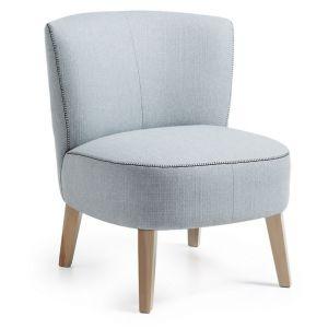 Lenestol med stolben i naturlig tre og sete og rygg i lys grått stoff. $3,450.00