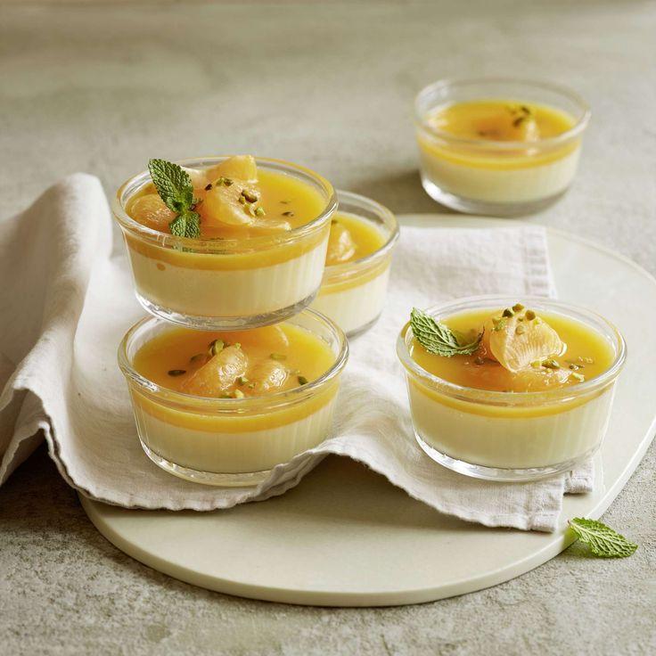 Ingwer-Panna-Cotta mit Mandarinen. Winter-Variante des italienischen Dessertklassikers. Ingwer in der Panna cotta wirkt wärmend. Panna cotta mit Mandarinensauce und -schnitzen anrichten.