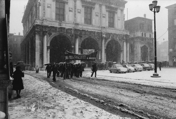 """""""Corteo in Piazza della Loggia sotto la neve"""" - 1975 http://www.bresciavintage.it/brescia-antica/fotografie-d-autore/corteo-in-piazza-della-loggia-sotto-la-neve-1975/"""
