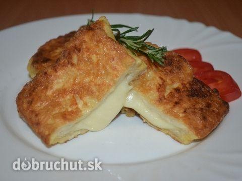 Fotorecept: Mozzarellový toast -  Pripravíme si suroviny..  Z toastov odstránime kôrky, mozzarelu nakrájame. Ak máme šunku môžme pridať aj...