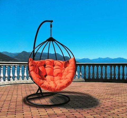 Nie tylko Cocoon króluje w ogrodzie.  W tym sezonie również fotele Rubicon marki Miloo Czarno/pomarańczowy lub biało/granatowi i turkusowy https://goo.gl/5E4CnA