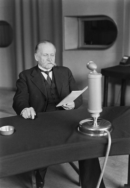 President Kyösti Kallio speaking on the radio, 1930s. Presidentti Kyösti Kallio pitämässä radiopuhetta studiossa.