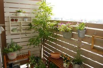 すのこウッドフェンスで囲んで、お気に入り空間に。S字フックを使って鉢植えを飾るなど、インテリアとして植物の飾りつけもより楽しめます♫