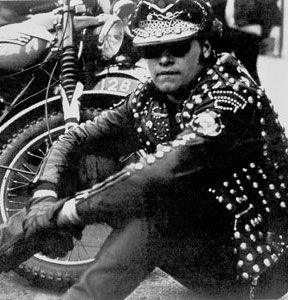 Rockers - tribo urbana dos anos 50 que se vestia de forma irreverente com tachas no seu característico casaco de couro e andava com a sua moto