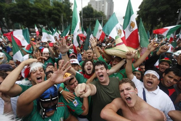 Mexicans celebrate after Mexico won Brazil in their men's soccer final gold medal match during the London 2012 Olympic Games at Angel de la Independencia monument, in Mexico City August 11, 2012.Olympics Games, 2012 Olympics, Final Gold, Cities Auguste, Gold Medal, Brazil Men, Olympics Events, Mexico, Independencia Monuments