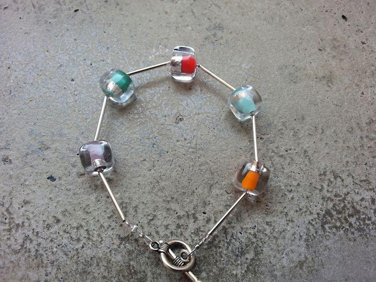 Náramek+kostky+-+mix+barev+Náramek+multifunkčí,takprostě+ke+všemu...+Vinutky+-+kostkymají+barevné+středy+s+jemným+proužkem+stříbrné+fólie.+Velikost+kostiček+jetéměř+přesně+11+x+11+mm+a+spojují+je+trubičky+z+obecného+kovu.Dékla+náramku+20,5+cm+a+skvěle+padne+na+obvod+zápěstí+18+cm,je+ukončený+americkým+zapínáním.